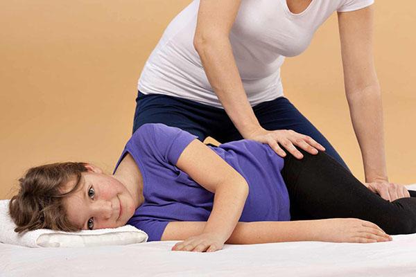 Zajęcia rehabilitacyjne małych dzieci pod okiem opiekunów