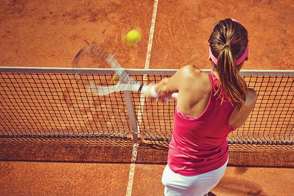 Młoda kobieta podczas gry w tenisa