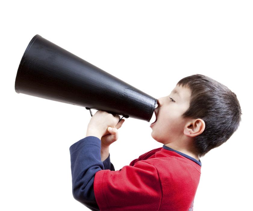 Krzyczący chłopiec do wuwuzeli