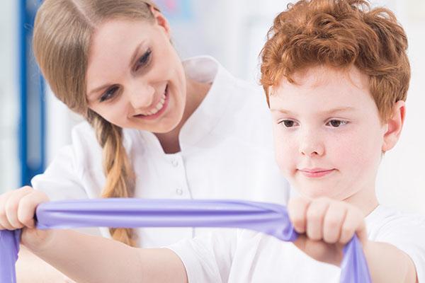 Rudy chłopiec podczas zajęć integracji sensorycznej