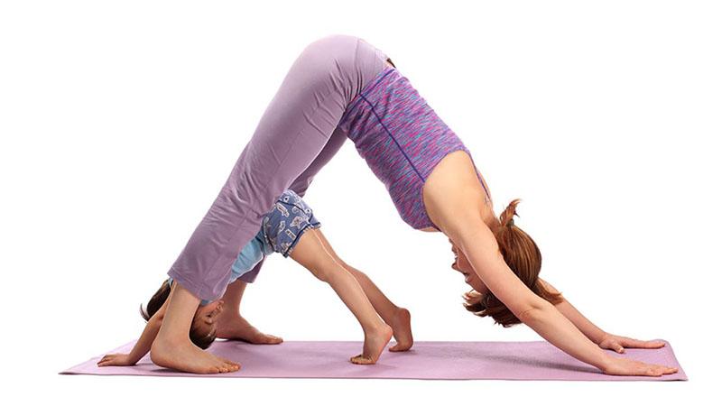 Matka i córka na zajęciach z jogi