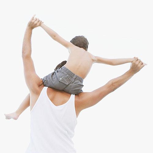 Ojciec i syn na zajęciach z integracji sensorycznej
